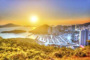 puesta de sol en el puerto de aberdeen en hong kong