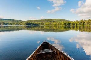 canoa en el lago en un parque canadiense foto