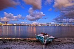 Puente de la bahía de coronado y barcos de la costa con puesta de sol nublado