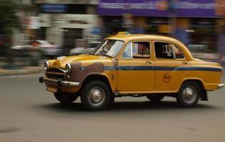 viejo taxi indio en movimiento