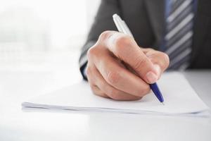 homme d'affaires mature écrit sur le document