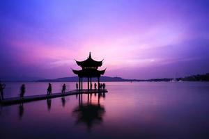 Templo de Westlake com pôr do sol em Hangzhou