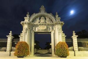 puerta monumental en madrid foto