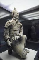 arquero arrodillado de guerrero de terracota foto