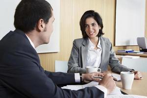 pessoas de negócios, discutindo no escritório