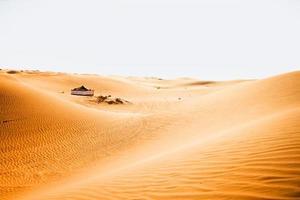 grote tent in een woestijn