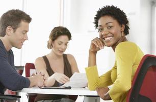 empresária feliz na sala de reuniões