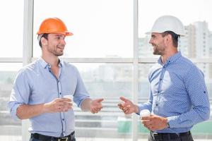 beaux jeunes constructeurs se détendent après le travail