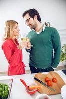 lindo casal cozinhando juntos