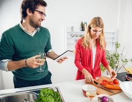 pareja joven cocinando juntos