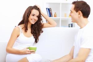 jeune couple heureux à parfaire ensemble s