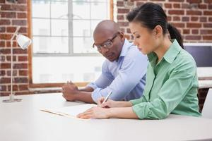 informeel commercieel team dat bij bureau samenwerkt