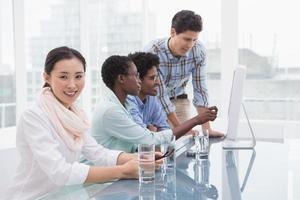 equipo informal de negocios trabajando juntos en el escritorio