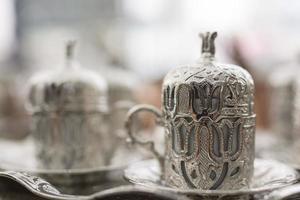 café turco tradicional con taza de metal