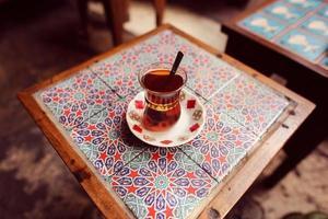 taza tradicional de té turco foto