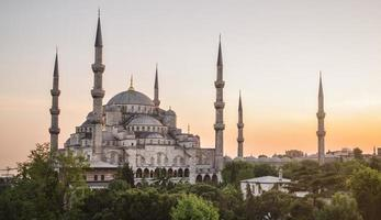 Puesta de sol sobre la mezquita azul en el distrito de Sultanahmet, Estambul, Turquía.