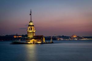 torre de la doncella o kiz kulesi después del atardecer