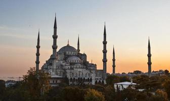 pôr do sol sobre a mesquita azul no distrito de sultanahmet, Istambul, Turquia.