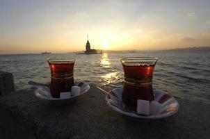 Dos tazas de té con azúcar en el café en el Bósforo, Estambul