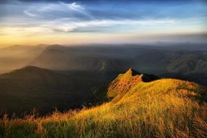 bergtop en gouden licht