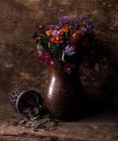flores em vaso e pilha de moedas antigas