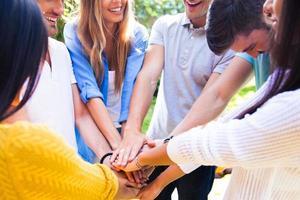 mãos de estudantes juntos