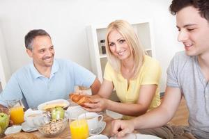 familia feliz disfrutando del desayuno
