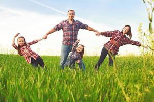 familia en el campo. foto