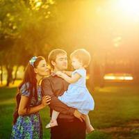 família feliz andando no parque