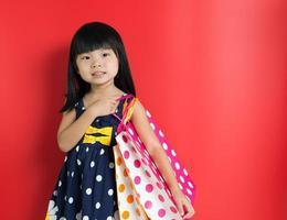 niño con bolsas de compras