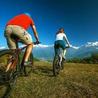 Familia biker en las montañas del Himalaya, región de Anapurna foto