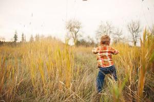 niño en pasto foto