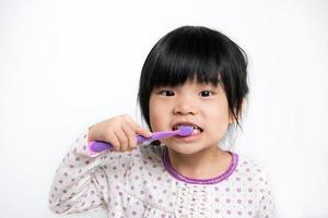 niño cepillarse los dientes foto