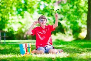 niño en el patio de la escuela