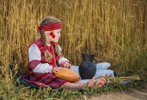 niño en traje nacional ucraniano