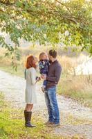jeunes parents attrayants et portrait d'enfant