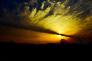 puesta de sol ardiente foto
