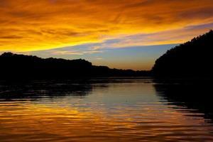 puesta de sol sobre el agua foto