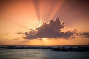 puesta de sol a través de las nubes foto