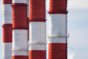 tubos rojos y blancos