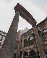 Milán, Italia). Pozo del siglo XVI en la piazza dei mercanti