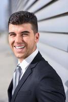 jonge zakenman in de buurt van een kantoorgebouw dragen zwart pak