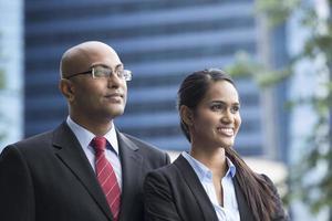 Hombre y mujer de negocios indio en un entorno urbano moderno. foto