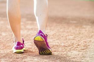 atleta corredor correndo no parque tropical