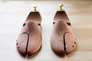 camilla de zapatos de madera para hombre