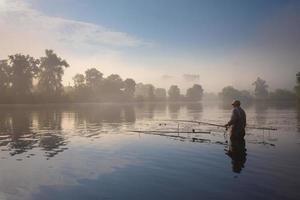 pescador en la mañana pesca foto