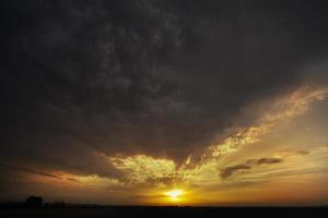 atardecer de nubes de tormenta foto