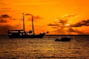 barco pirata puesta de sol