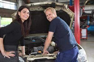 cliente feminino com mecânico