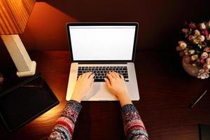manos femeninas usando laptop foto
